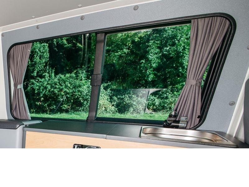 vorh nge mit f hrungsleisten heck und seitenscheiben hinten. Black Bedroom Furniture Sets. Home Design Ideas